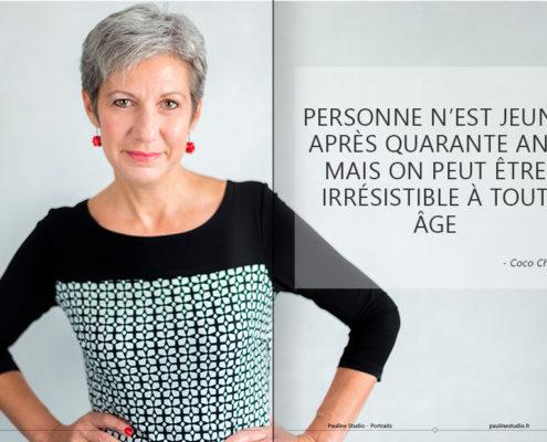Une femme de cinquante ans à l'honneur dans un magazine Pauline Studio